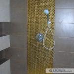 Złota mozaika 1x1, płytki gresowe, półki w glazurze, fuga epoksydowa, deszczownica podtynkowa Grohe